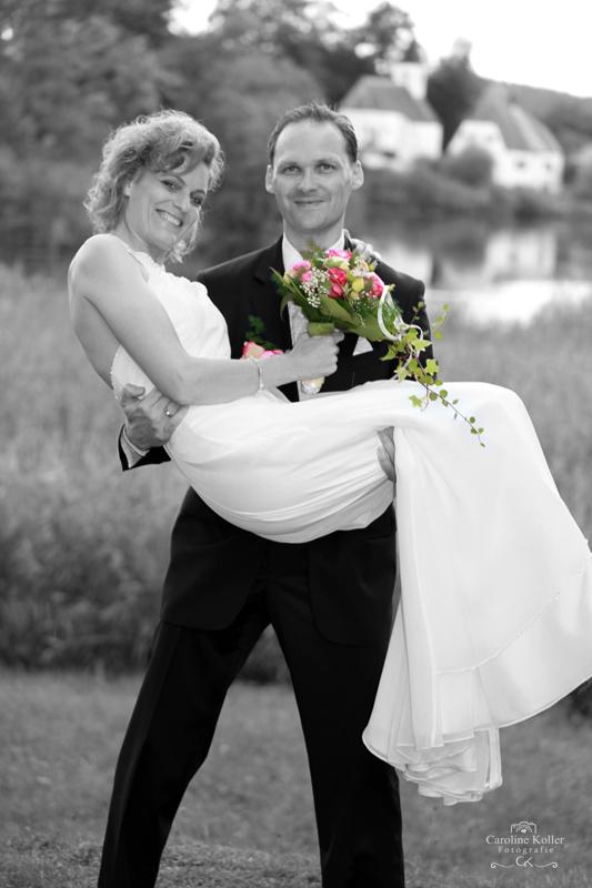 19 Bräutigam trägt Braut
