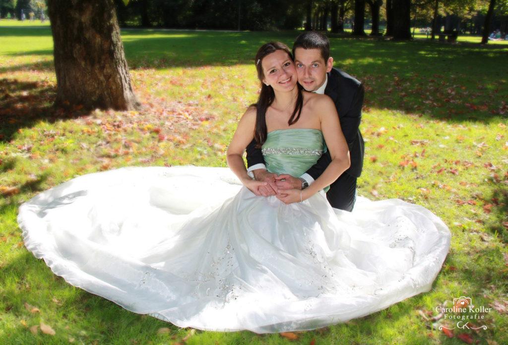 Brautpaar sitzt im park