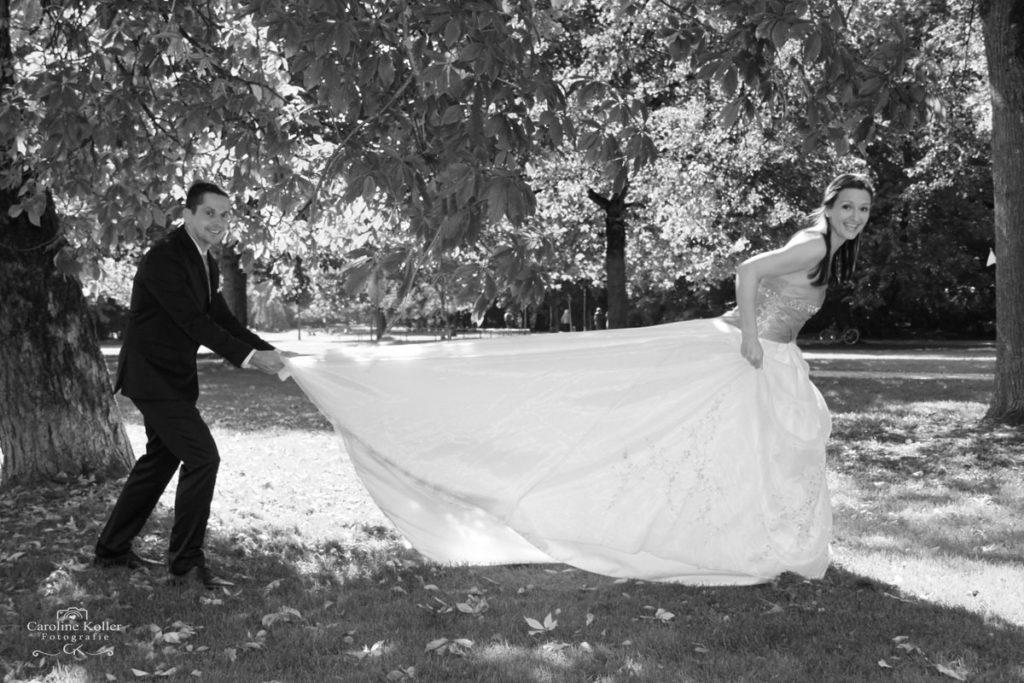 bräutigam zieht braut an der schleppe