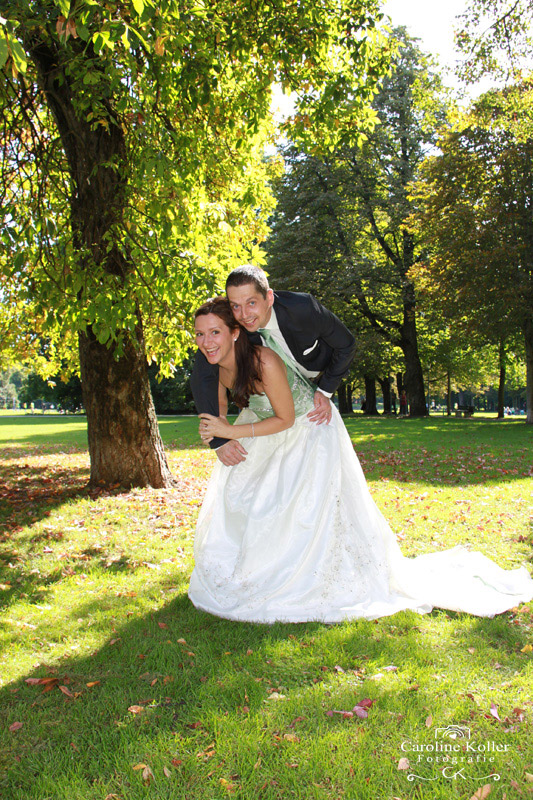 braut trägt bräutigam auf dem Rücken