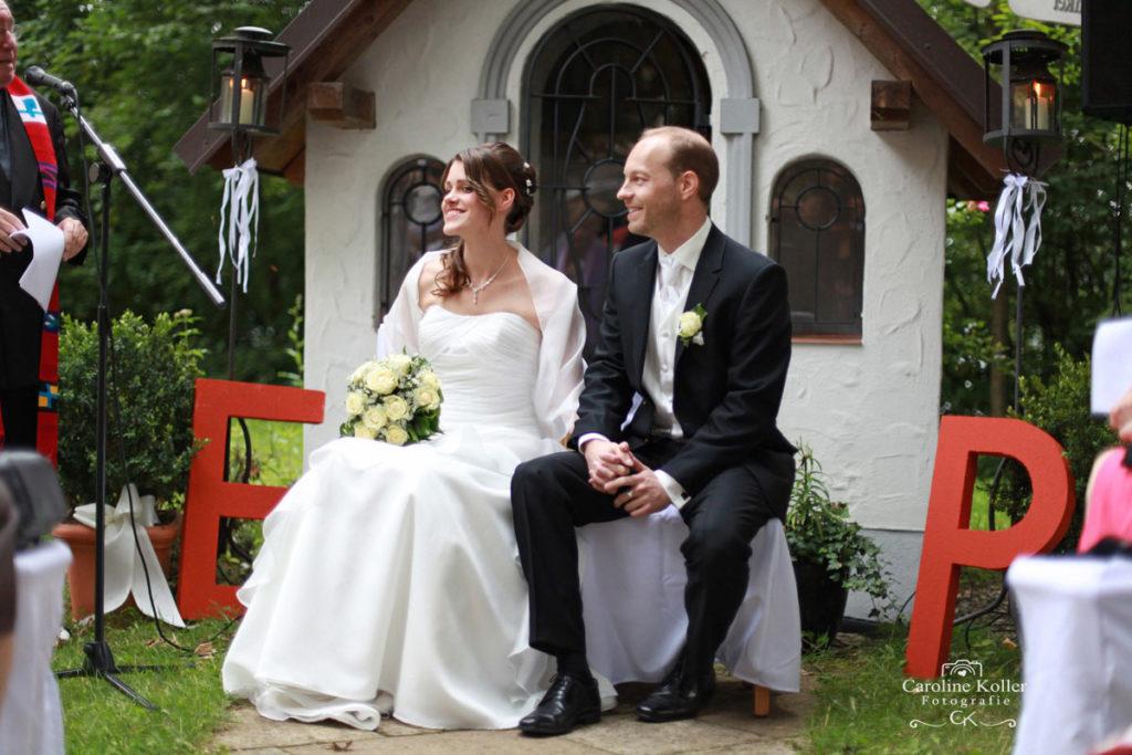 Brautpaar vor kleiner Kapelle