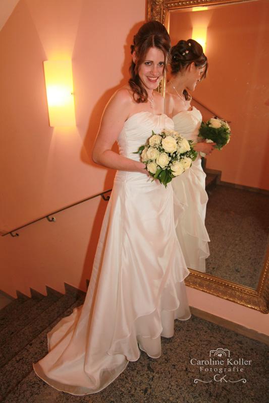 Braut steht beim spiegel