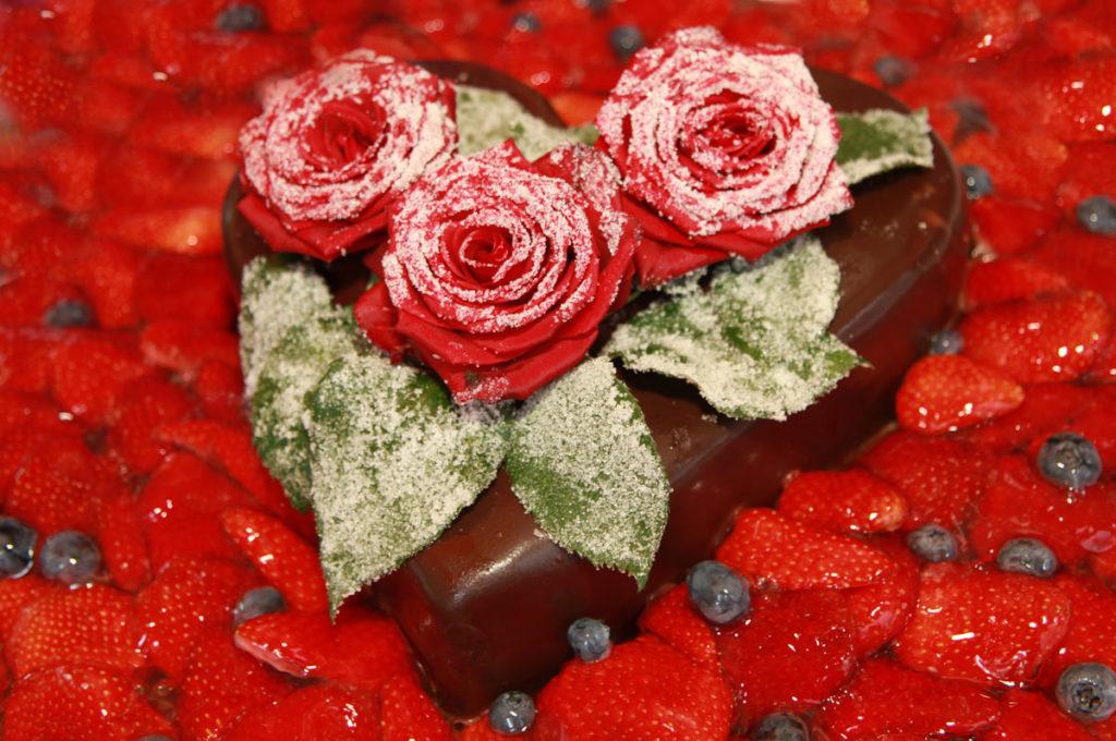 erdbeertorte mir roten rosen