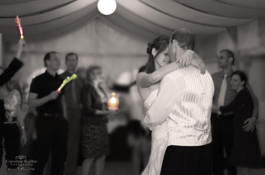 romantischer brautpaar tanz
